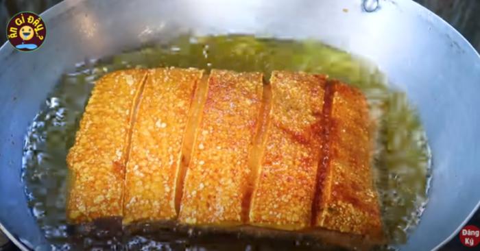 Muốn thịt heo quay giòn bì thơm ngon và không có mùi lạ thì nên chần trước thịt heo qua nước sôi cùng gừng, rượu