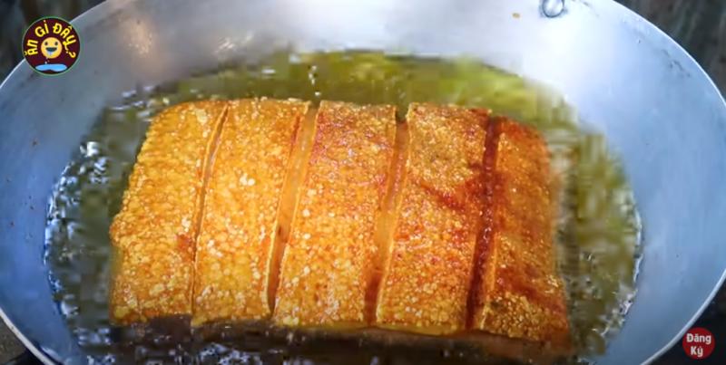 Cách làm thịt heo quay giòn bì bằng chảo như ngoài hàng