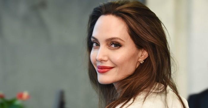 Angelina Jolie  sinh ngày 4 tháng 6 năm 1975; là một nữ diễn viên, nhà làm phim và nhà từ thiện nhân đạo người Mỹ. Trong sự nghiệp điện ảnh của mình, Jolie đã nhận một Giải Oscar, hai Giải thưởng của Hội Diễn viên Điện ảnh, ba Giải Quả cầu vàng và được công nhận là nữ diễn viên Hollywood có thu nhập cao nhất.
