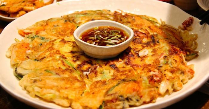 Bánh xèo là một loại bánh phổ biến ở châu Á, phiên bản bánh xèo của Nhật Bản và Triều Tiên có bột bên ngoài,bên trong có nhân là tôm, thịt, giá đỗ; kimchi, khoai tây, hẹ,(bánh xèo Triều Tiên); tôm, thịt, cải thảo (Nhật Bản) được rán màu vàng,đúc thành hình tròn hoặc gấp lại thành hình bán nguyệt