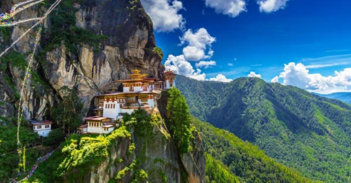 Bhutan là một quốc gia nội lục tại miền đông Dãy Himalaya thuộc Nam Á. Bhutan có biên giới với Trung Quốc về phía bắc và với Ấn Độ về phía nam, đông và tây. Bhutan tách biệt với Nepal qua bang Sikkim của Ấn Độ; và xa hơn về phía nam bị tách biệt với Bangladesh qua các bang Assam và Tây Bengal của Ấn Độ. Thimphu là thủ đô và thành phố lớn nhất của Bhutan.