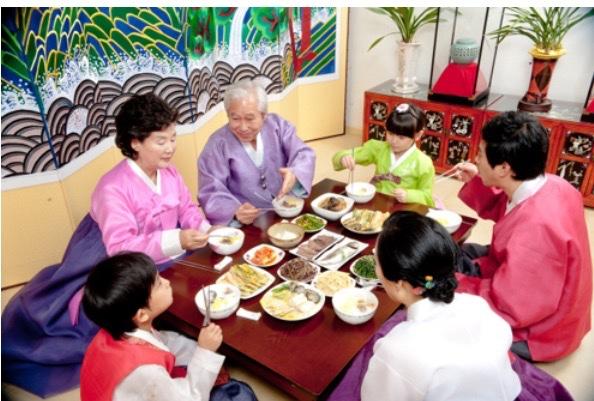 Bữa ăn của gia đình truyền thống Hàn Quốc , người lớn tuổi luôn được con cháu kính trọng cham lo.