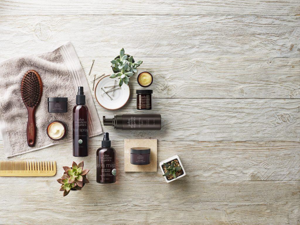 Dầu xả thường được sử dụng sau khi gội đầu để làm phẳng lớp biểu bì của tóc, có thể trở nên thô ráp trong quá trình gội đầu. Có ba loại điều hòa chính: điều hòa chống oxy hóa, chủ yếu được sử dụng trong các tiệm sau các dịch vụ hóa học và ngăn chặn quá trình oxy hóa leo; điều hòa bên trong, đi vào vỏ của tóc và giúp cải thiện tình trạng bên trong của tóc (còn được gọi là phương pháp điều trị); và điều hòa bên ngoài, hoặc điều hòa hàng ngày, làm mịn lớp biểu bì, làm cho tóc sáng bóng, dễ chải và mượt mà.