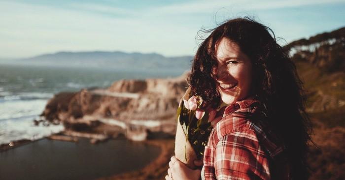 Cười là một Phản xạ có điều kiện của loài người, là hành động thể hiện trạng thái cảm xúc thoải mái, vui mừng, đồng thuận và là một loại Ngôn ngữ cơ thể thường được dùng như một cách gián tiếp, xã giao thường ngày giữa con người với con người.