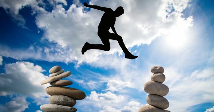 Cân bằng đá (tiếng Anh: rock balancing hay stone balancing) là một nghệ thuật sử dụng các hòn đá có hình thái, cấu trúc, thuộc tính khác nhau để vun đắp thành chồng, cột, vòm mà không cần sử dụng các chất kết dính, dây hay dụng cụ để duy trì cấu trúc đó.