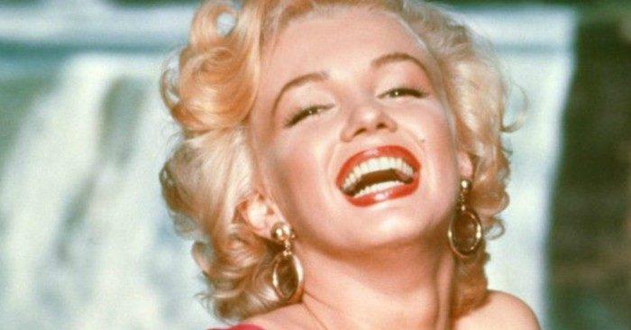 Marilyn Monroe quyễn rũ với mái tóc xoăn ngắn vàng óng