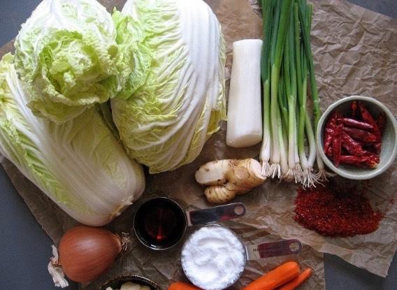 Thành phần nguyên liệu để chế biến kim chi gồm: cải thảo (배추 baechu), củ cải (무 mu), tỏi (마늘 maneul), ớt (빨간고추 bbalgangochu), hành (파 pa), mực (오징어 ojingeo), tôm, sò (굴 geul) hoặc hải sản khác, gừng (생강 saenggang), muối ăn (소금 sogeum), và đường (설탕seoltang).