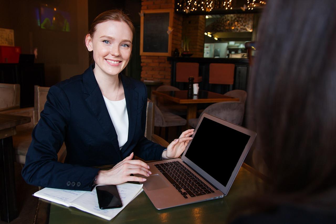 Laptop thường có một màn hình LCD hoặc LED mỏng gắn bên trong nắp trên vỏ máy và bàn phím chữ kết hợp số ở bên trong nắp dưới vỏ máy. Để sử dụng máy tính người sử dụng sẽ mở tách hai phần trên dưới của máy. Laptop khi không dùng đến sẽ được gấp lại, và do đó nó thích hợp cho việc sử dụng khi di chuyển