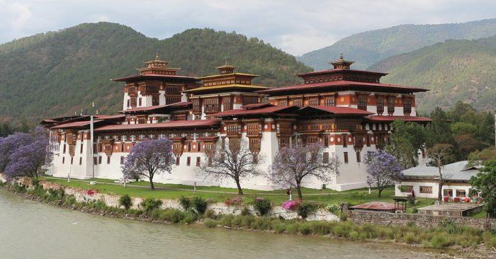 Pháo đài Punakha nằm giữa hai con sông nổi tiếng Pho Chu và Mo Chu, được xây dựng từ thế kỷ 17 nơi ở của hoàng gia Bhutan cho đến giữa thế kỷ 20.