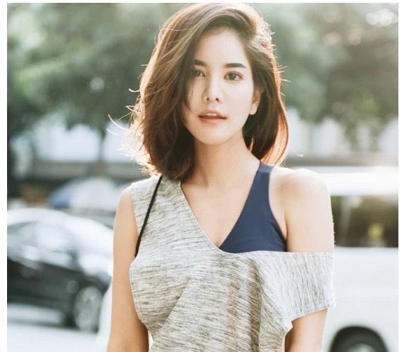 Kiểu tóc  ngang vai mái lệch rất phổ biến, phù hợp với mọi khuôn mặt và có khả năng che khuyết điểm tuyệt vời.