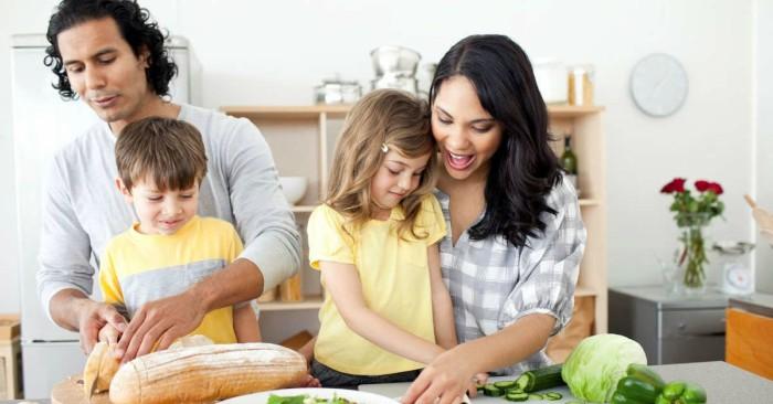 văn hóa trên  bàn ăn là một trong những nét đẹp truyền thống của người xưa trong cách giáo dục trẻ. Trẻ cùng cha mẹ chuẩn bị bữa ăn cho cả gia đình.