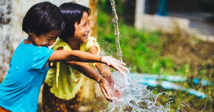 Trẻ con luôn vui vẻ, dù đơn giản chỉ là té nước thôi mà cũng vui cả ngày