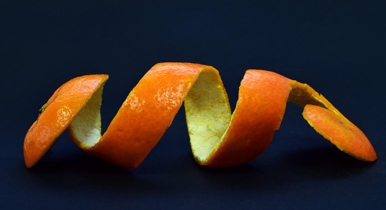 Vỏ cam dày lớp màu trắng của nó được gọi là trần bì là một vị thuốc Nam dùng chữa ho