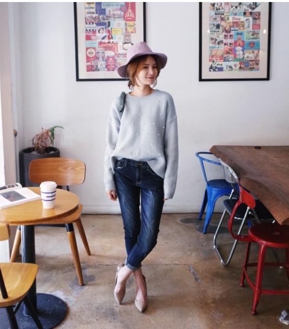 áo len kết hợp với quần jean là cách phối đồ mùa đông mang đến cho bạn gái vẻ ngoài năng động và trẻ trung. chiếc mũ khiến tổng thể set đồ thêm ấn tượng