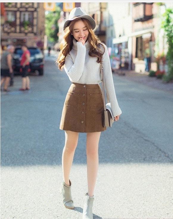 cô gái xinh đẹp trong cách phối đồ mùa đông với áo len cổ lọ và chân váy ngắn.