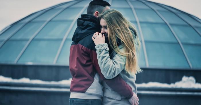 Hai người yêu nhau đang thể hiện tình cảm sự quan tâm với nhau