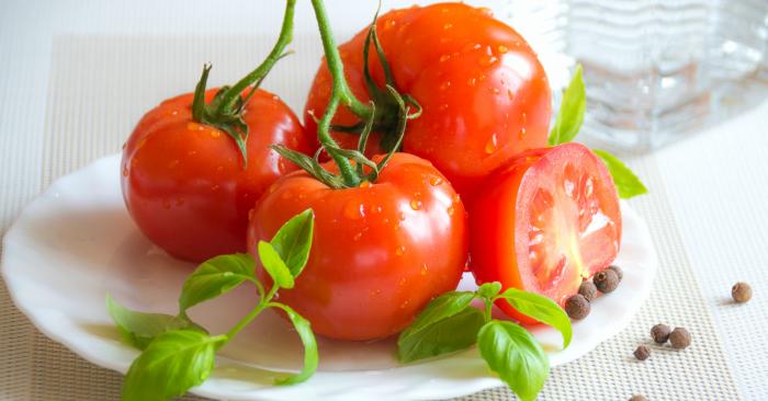 Cà chua  thuộc họ Cà ), là một loại rau quả làm thực phẩm. Quả ban đầu có màu xanh, chín ngả màu từ vàng đến đỏ. Cà chua có vị hơi chua và là một loại thực phẩm bổ dưỡng, giàu vitamin C và A, đặc biệt là giàu lycopeme tốt cho sức khỏe.