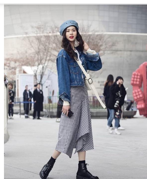 với set đồ váy liền kẻ caro kết hợp áo jacket jean khiến cô gái trở thành tâm điểm khi xuất hiện trên phố