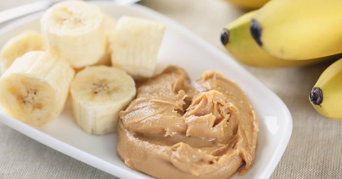 """""""chuối"""" là từ thường được dùng để chỉ các loại quả chuối mềm và ngọt. Những giống cây trồng có quả chắc hơn được gọi chuối lá. Cũng có thể cắt chuối mỏng, sau đó đem chiên hay nướng để ăn giống như khoai tây. Chuối khô cũng được nghiền thành bột chuối. Chuối khi kết hợp với bơ lạc sẽ giúp giảm cân nhanh chóng và hiệu quả"""
