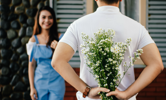 Chàng trai tặng hoa cho cô gái trong buổi hẹn hò