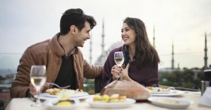 Bữa ăn lãng mạn của hai người yêu nhau.