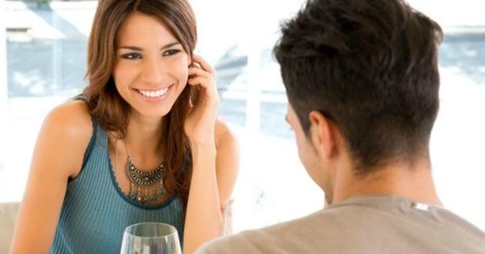 Mỉm cười trong khi trò chuyện cũng là một dấu hiệu tích cực của một buổi hẹn hò thành công