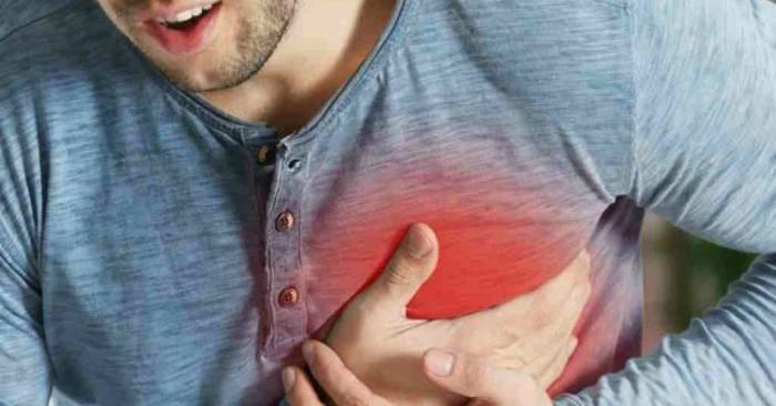 Tai biến mạch máu não hay đột quỵ là một tình trạng y tế trong đó lưu lượng máu đến não giảm đi dẫn đến việc chết tế bào. Có hai loại tai biến chính: thiếu máu cục bộ, do thiếu lưu lượng máu và xuất huyết, do chảy máu. Cả hai kết quả là các phần của não không hoạt động được. Các dấu hiệu và triệu chứng của tai biến có thể bao gồm không có khả năng di chuyển hoặc cảm giác ở một bên của cơ thể, có vấn đề hiểu hoặc nói, chóng mặt hoặc mất thị lực sang một bên. Các dấu hiệu và triệu chứng thường xuất hiện ngay sau khi tai biến xảy ra. Nếu các triệu chứng kéo dài dưới một hoặc hai giờ, nó được gọi là cơn thiếu máu não thoáng qua (TIA) hoặc tai biến nhỏ. tai biến xuất huyết cũng có thể liên quan đến đau đầu dữ dội. Các triệu chứng của tai biến có thể là vĩnh viễn. Các biến chứng lâu dài có thể bao gồm viêm phổi hoặc mất kiểm soát bàng quang.