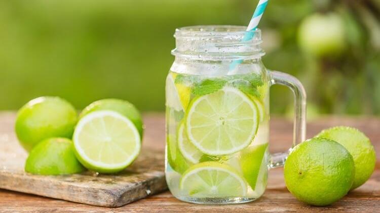 Nước chanh có chứa rất nhiều vitamin C do vậy là liều thuốc rất tốt để phòng chống và chữa những bệnh do cảm lạnh. Nước chanh cũng chứa khá nhiều kali, có tác dụng kích thích não bộ và các chức năng thần kinh khác. Ngoài ra, kali cũng giúp kiểm soát huyết áp. uống nước chanh nóng có thể giúp tăng cường tiêu hóa, ngăn ngừa triệu chứng buồn nôn, ợ nóng và tẩy trừ các loại vi khuẩn có hại cho bao tử. Ngoài ra, nước chanh còn chữa chứng táo bón và trị nấc cụt, là nguồn cung cấp chất bổ cho gan, giúp gan sản xuất ra nhiều mật, tăng cường quá trình tiêu hóa, giúp giảm việc hình thành đờm dãi trong hệ hô hấp. Uống nước chanh là cách giải rượu nhanh chóng nhất và chị em nhớ thêm chút muối vào nước chanh nhé; việc này sẽ bổ sung thêm cho cơ thể một số loại I ốt, giúp làm tan chất cồn còn đọng lại nhanh hơn.