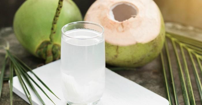 Nước dừa là thức uống tự nhiên không chứa chất béo, ít năng lượng (16,7 kcal/100 g hay 70 kJ/100 g). Tuy nhiên nước dừa chứa nhiều muối khoáng, nước dừa non có thể dùng làm nước điện giải cho trường hợp bị mất nước.