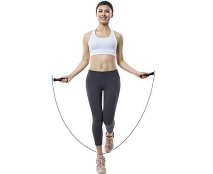 Nhảy dây là một môn giải trí và môn thể dục, trong đó một sợi dây thừng được sử dụng đung đưa để dây đi dưới chân và qua đầu của người nhảy. Nếu nhảy dây vào buổi sáng, có thể khiến đầu óc tỉnh táo, tràn đầy sinh lực; Nếu nhảy dây vào buổi tối, sẽ giúp bạn có một giấc ngủ ngon. Nhảy dây còn có tác dụng giảm béo, theo nghiên cứu, người béo nhảy dây trước bữa ăn có thể giảm nhu cầu ăn. Nếu kiên trì tập luyện nhảy dây trong thời gian dài, không những có thể tăng cường tốc độ, sự cân bằng, sức chịu đựng và sức bật của bạn, mà còn có thể rèn luyện tính chuẩn xác, tính linh hoạt và tính nhịp nhàng