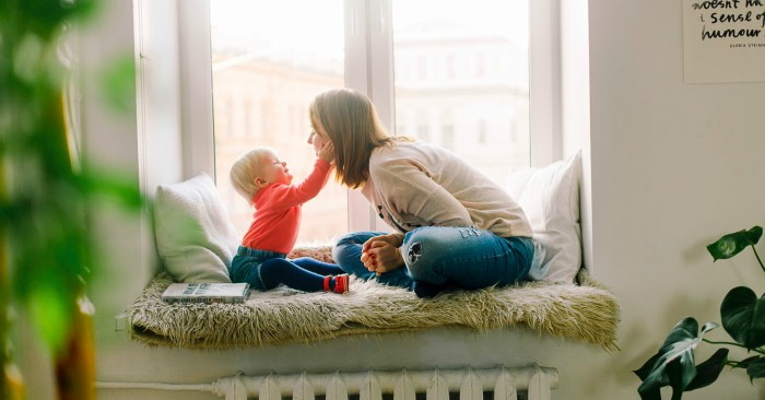Giáo dục gia đình không chỉ gồm những ảnh hưởng từ phía cá nhân đối với cá nhân (giữa cha mẹ với con cái, giữa ông bà với cháu) mà còn bao gồm ảnh hưởng của cả tập thể gia đình liên kết với nhau tác động từng cá nhân qua lối sống, nếp sống, ở mỗi gia đình.