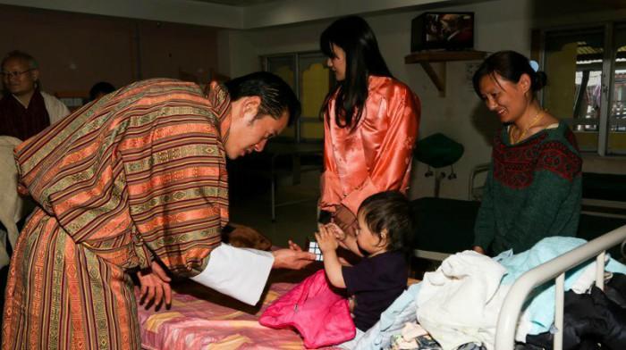 Quốc vương Bhutan thăm em bé trong viện nhi