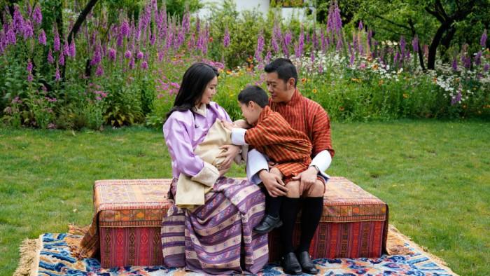 Gia đình hạnh phúc của vua Khesar và hoàng hậu Pema