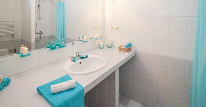 Mẹo dọn nhà tắm cực hay ho với giấm ăn. Các tấm gương trong phòng tắm, các vết mốc cứng đầu sẽ bị đánh bật bởi một chút giấm ăn.