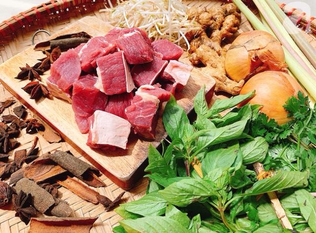 Cách nấu món bò kho ngon đúng vị không thể thiếu các nguyên liệu và gia vị . Thịt bò nạm là nguyên liệu chính của món ăn; các gia vị: gừng,sả,hồi,quế...