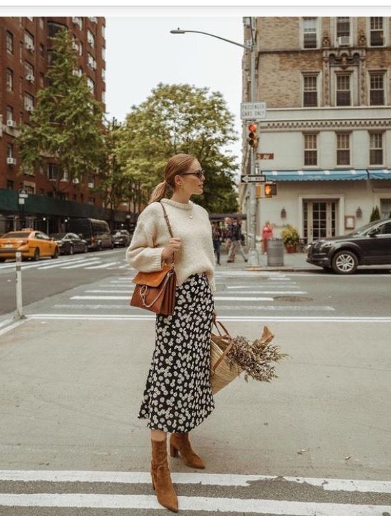 cô gái vô cùng xinh đẹp dịu dàng trên đường phố với cách phối đồ mùa đông ăn ý giữa áo len và chân váy maxi