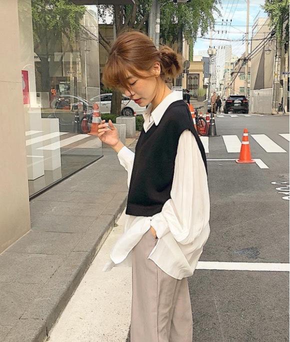 cô gái xinh đẹp ấn tượng trên đường phố với  áo gilet len phối với somi trắng