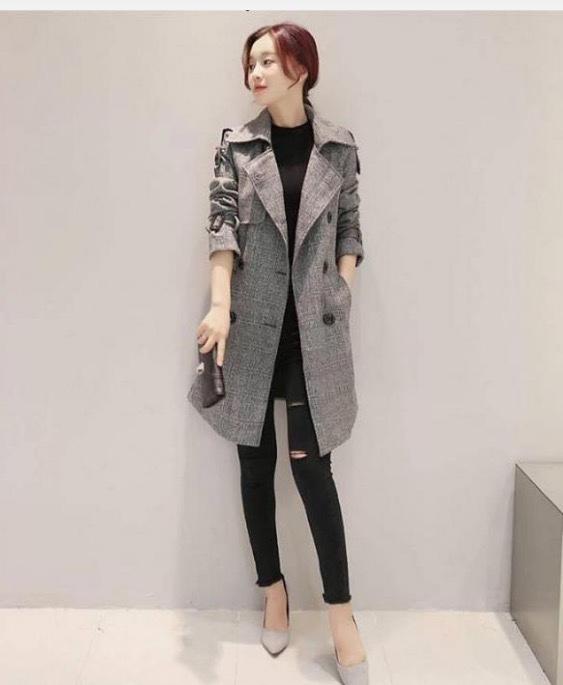 Công thức quần jean tối màu +áo thun tối màu+ áo khoác dáng dài là cách phối đồ mùa đông tối giản nhưng vô cùng hiệu quả cho phái đẹp