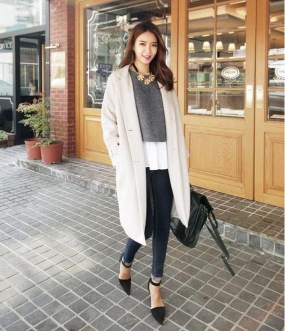 quần jean bó sáng màu phối hợp áo len lửng màu ghi khoác ngoài chiếc áo dáng dài là cách phối đồmùa đông mang đén cho bạn vẻ đẹp sang chảnh cuốn hút