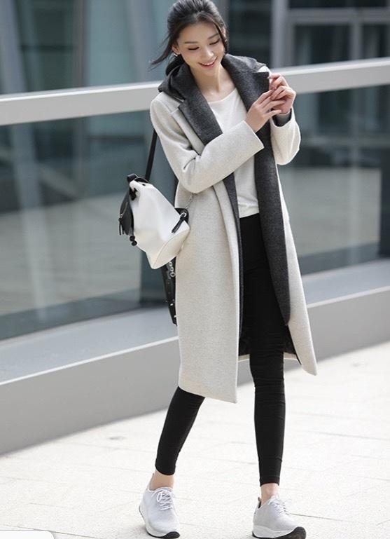 đơn giản cách phối đồ mùa đông với quần jean đen + áo phông trắng +áo khoác dáng dài+ giày thể thao mang đến cho bạn nét khỏe khoắn năng động.