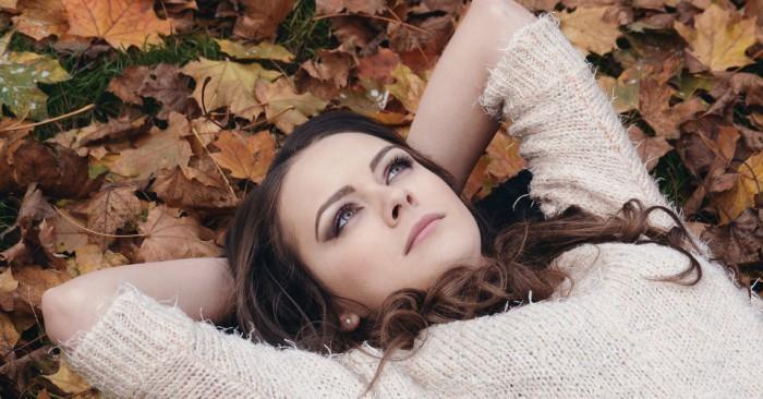 Người phụ nữ thả mình trên đám lá khô suy nghĩ xa xăm về cuộc đời