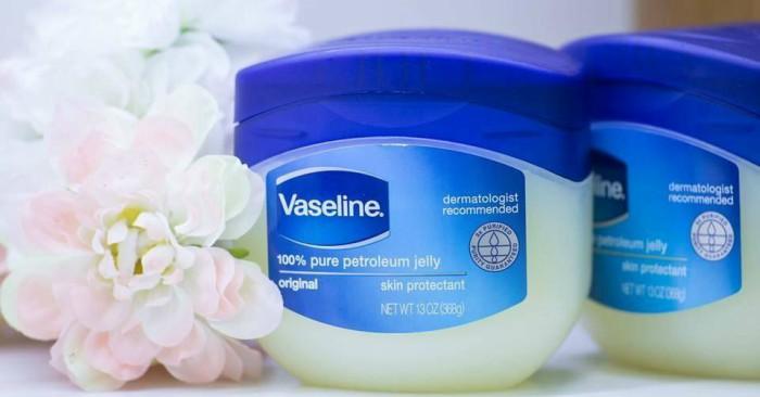 """Sáp dưỡng ẩm Vaseline là nhãn hiệu của một loại sản phẩm làm bằng sáp của Unilever - công ty Hà Lan và Anh Quốc. Các sản phẩm bao gồm kem dưỡng da, nước hoa, chất làm sạch và chất khử mùi. Tên gọi Vaseline được dẫn chiếu lần đầu trong bằng sáng chế cấp tại Mỹ (U.S. Patent 127,568) của Robert Chesebrough - nhà sáng chế ra loại sáp này - vào năm 1872. Trong bằng có ghi: """"Tôi, Robert Chesebrough, đã phát minh ra một loại sản phẩm mới và hữu ích làm từ sáp có tên Vaseline…"""". Từ """"vaseline"""" được tin là cấu tạo từ tiếng Đức wasser (""""nước"""") và tiếng Hy Lạp έλαιον (""""dầu"""").  Trong tiếng Việt, có thời Vaseline được gọi là """"sáp nẻ Liên Xô"""".  Sáp dưỡng ẩm Vaseline, được nhiều người yêu thích trong làm đẹp da."""