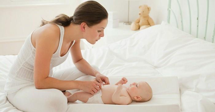 Tình mẹ con là mối quan hệ giữa người mẹ và đứa con của mình. Thường liên quan đến quá trình mang thai và sinh nở, mối quan hệ này cũng có thể phát triển trong trường hợp đứa trẻ không có cùng dòng máu với người mẹ, như con nuôi.  Cả yếu tố thể chất và cảm xúc đều có ảnh hưởng đến quá trình gắn kết giữa mẹ và con. Trong tình trạng rối loạn lo âu chia ly, một đứa trẻ trở nên sợ hãi và lo lắng khi xa cách người thân yêu, thường là cha mẹ hay người thân khác. Những người mới làm mẹ không phải lúc nào cũng trải nghiệm được tình yêu ngay lập tức đối với đứa con của mình. Thay vào đó, tình cảm mẹ con sẽ hình thành và gia tăng theo thời gian và có thể cần đến hàng giờ, hàng ngày, hàng tuần hoặc đến hàng tháng để phát triển đầy đủ