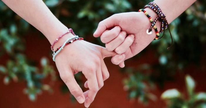 Sự gắn bó giữa hai con người là sự đồng điệu về nội tâm và bao dung chia sẻ trong cuộc sống.