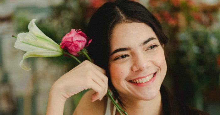 Nụ cười làm rạng rỡ gương mặt như những đóa hoa.