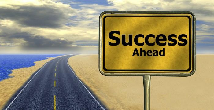 tấm bảng hghi dòng chữ thành công phía trước, dành cho những người luôn mạnh mẽ vượt khỏi vùng an toàn, chiến thắng bản thân