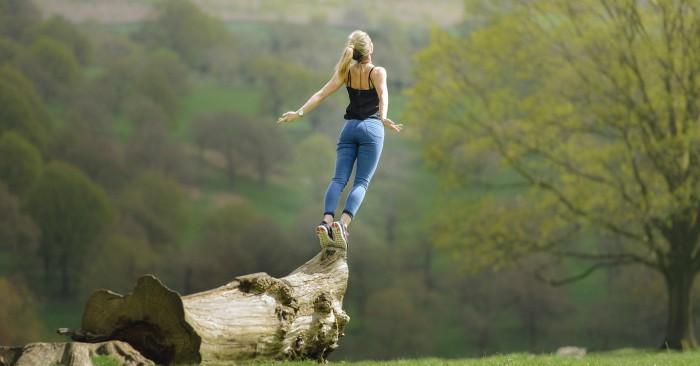 Cô gái đang thả mình hít thở không khí trong lành của rừng núi.