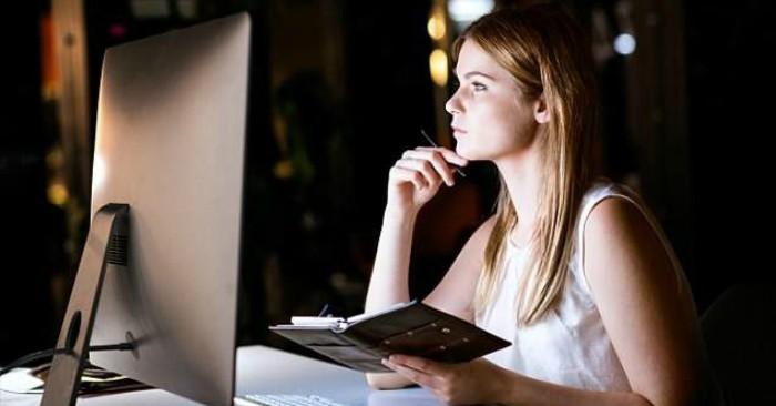 Cuộc sống hiện đại, vơi sáp lực công việc.  Nhiều người thường xuyên thức khuya để giải quyết công việc. Và thức khua liên tục sẽ ảnh hưởng nghiêm trọng đến sức khỏe. Đặc biệt đối với phụ nữ sẽ khiến nhan sắc bị lão hóa nhanh chóng. Và nguy cơ đột quỵ cũng tăng cao.
