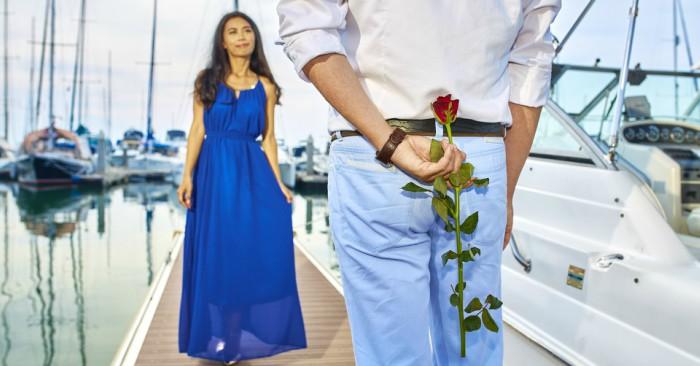Trên cây cầu chàng trai ngập ngừng muốn trao tặng bông hoa hồng thể hiện cho tình yêu đích của mình dành cho cô gái.
