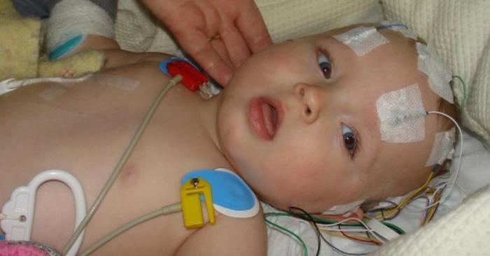 Đột quỵ ở trẻ sơ sinh thường không có các triệu chứng lâm sàng; thường không được chuẩn đoán ra. Do đó, không được điều trị cho đến khi em bé lớn tuổi hơn